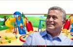 עמיר פרץ, שר הכלכלה והתעשייה ברקע: מגרש משחקים לילדים | עיבוד צילום: שולי סונגו ©