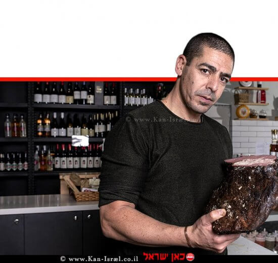 שף יוסי שטרית ב'מעדניית המזווה' ברחבת הסניף בנתניה עם הרבה אוכל טוב, יין ובירה | צילום איליה מלניקוב | עיבוד צילום: שולי סונגו ©
