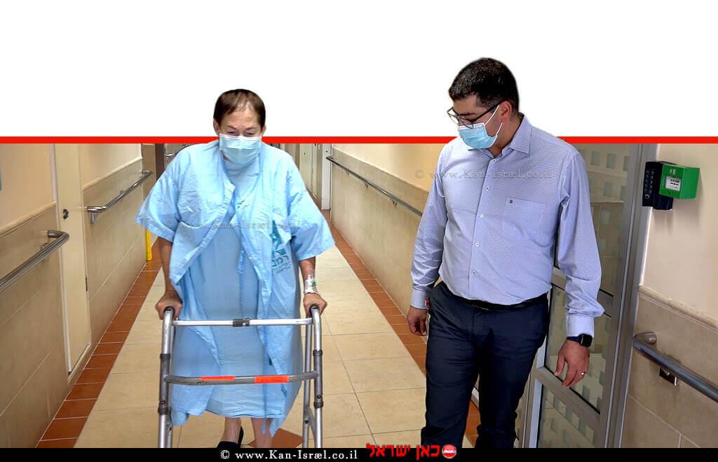 דר' נביל גרייב, סגן מנהל המערך האורתופדי ב'קריה הרפואית רמבם', עם המטופלת נעמי מקלאוד לאחר הניתוח | צילום; הקריה הרפואית רמבם| עיבוד צילום: שולי סונגו ©