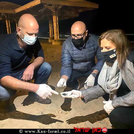 השרה להגנת הסביבה גילה גמליאל ומנכל המשרד, דוד יהלומי בסיור בחוף בחיפה בעקבות זיהום הזפת | צילום: דוברות |עיבוד צילום: שולי סונגו ©