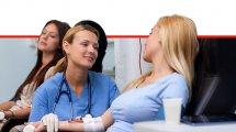 אחות שמדברת עם מטופלת לאחר שתרמה דם | עיבוד צילום: שולי סונגו ©