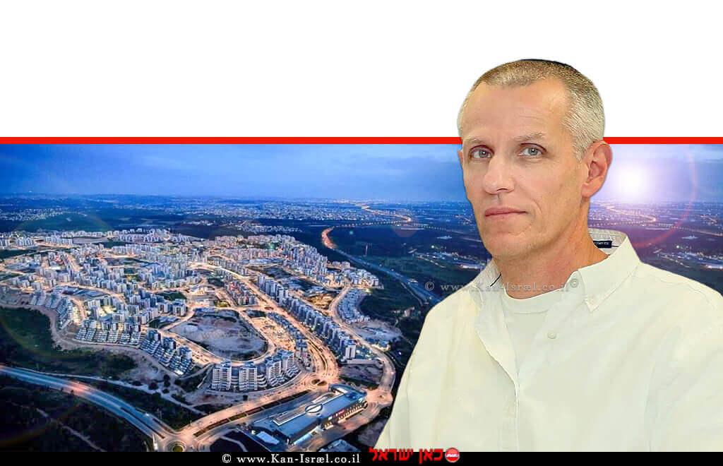עורך דין יעקב קוינט מנהל רשות מקרקעי ישראל ברקע: מבט מעל חריש | צילום: ר.מ.י ו-צילום חריש: משבש | עיבוד ממחושב: שולי סונגו©