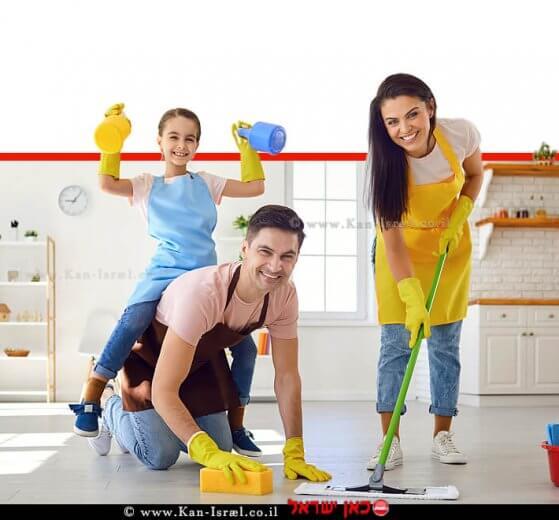 בני משפחה מקרצפים את הבית בניקיון יסודי   צילום: depositphotos   עיבוד צילום: שולי סונגו ©