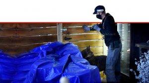 שוטר משטרת ישראל בעת מעצר 6 חשודים מחדרה ו-כרכור בחשד לעבירות על חוק הניקיון, חוק הלבנת הון, חוק רישוי עסקים, חוק המים והיזק | עיבוד צילום: שולי סונגו ©