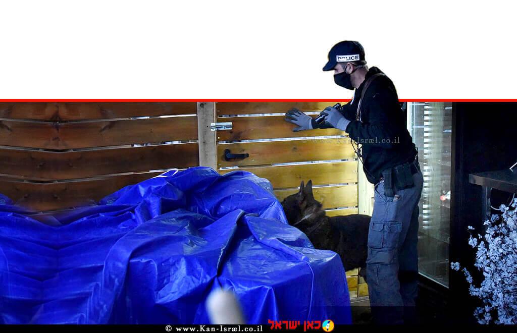 שוטר משטרת ישראל בעת מעצר 6 חשודים מחדרה ו-כרכור בחשד לעבירות על חוק הניקיון, חוק הלבנת הון, חוק רישוי עסקים, חוק המים והיזק   עיבוד צילום: שולי סונגו ©