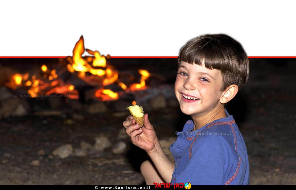 ישי אוחיון, חוגג עם תפוח אדמה על יד אש המדורה | צילום: אבי אוחיון, לעמ| עיבוד ממחושב: שולי סונגו©