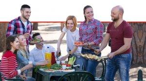 צעירים מכינים גריל בפיקניק בצליית הבשר בטמפרטורה גבוהה עלולים להיווצר חומרים מסרטנים | צילום: Stock Image & Ph | עיבוד: שולי סונגו©