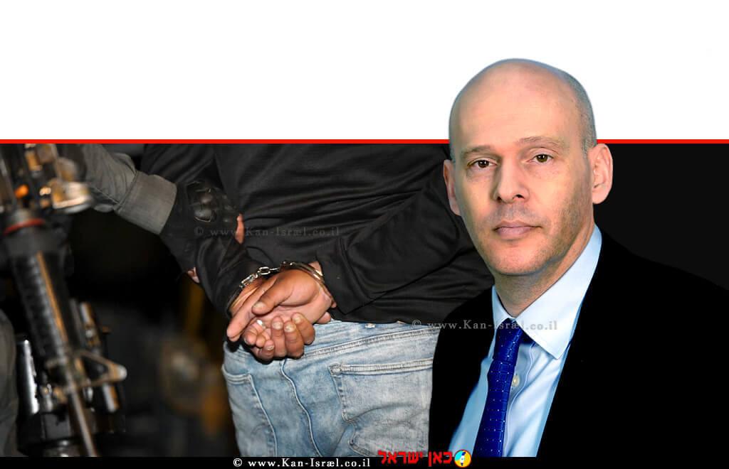 עורך דין עמית איסמן ממלא-מקום פרקליט המדינה, ברקע: מפר חוק אלים נעצר על ידי שוטר | צילום: דוברות המשטרה | עיבוד ממחושב: שולי סונגו ©