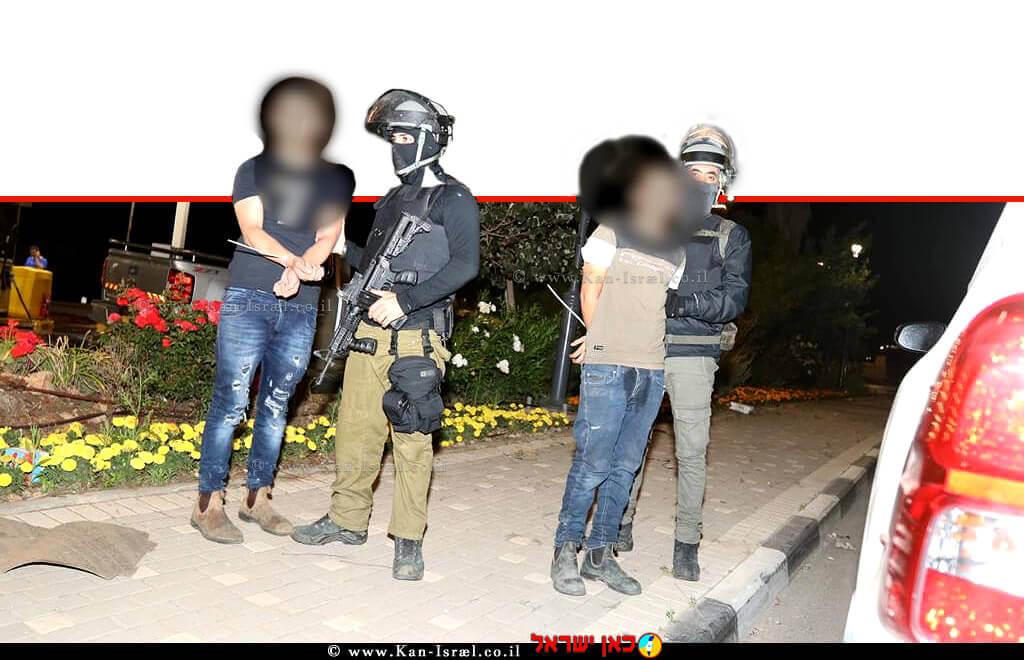 """מפרי חוק אלימים נעצרים על ידי שוטרים במהלך """"מבצע שומר החומות""""   צילום: דוברות המשטרה   עיבוד ממחושב: שולי סונגו ©"""