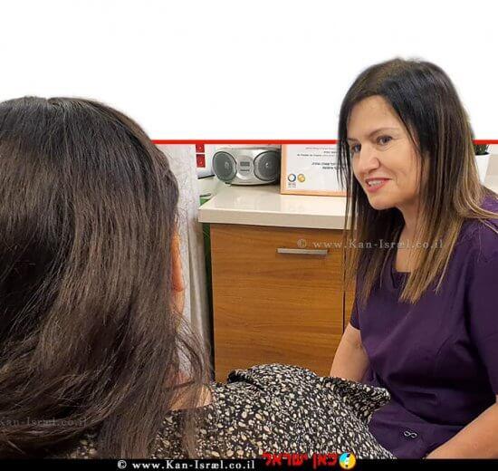 המיילדת אלונה סלומונוב עם אישה בהריון במסגרת עיבוד לידה במרכז הרפואי הלל יפה - הקשבה והכלה של היולדת החוששת מפני לידה | צילום דוברות הלל יפה |עיבוד צילום: שולי סונגו ©
