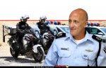 ניצב אלון אריה ראש אגף התנועה של משטרת ישראל ברקע: אופנוענים של אגף התנועה | צילום: דוברות המשטרה |עיבוד צילום: שולי סונגו ©