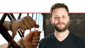 חיים אריה שטיינברג עורך דין פלילי, רקע: אסיר אזוק בידיו בכֶּלֶא | עיבוד צילום: שולי סונגו ©