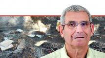 מנכל מועצת הדבש מר אופי רייך ברקע: 48 כוורות שהכילו כטון דבש בשטחי מרעה ונשרפו בסמוך לפארק הירדן | צילום: השומר החדש |עיבוד צילום: שולי סונגו ©