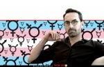 דר' אלון לירן, מומחה לכירורגיה פלסטית ואסתטית מהמרכז הרפואי שיבא ברקע: סמל לבן ושחור של טרנסג'נדרים ו-דגל גאווה טרנסג'נדרית | עיבוד צילום: שולי סונגו ©