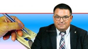 חבר כנסת מיכאל ביטון (סיעת כחול לבן) יושב ראש 'ועדת הכלכלה של הכנסת' ברקע: סליקה אלקטרונית של שיקים |עיבוד צילום: שולי סונגו ©