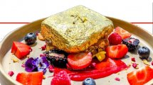 הטוסט הצרפתי מהמאפיה היקרה ביותר של רויאל בריוש דובאי ובית הקפה המפסטד עשה עָלֶה זהב של 24 קראט |עיבוד צילום: שולי סונגו ©