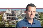 אלון גרינברג מנכל חברת 'סביבות מגורים' ברקע: מתחם המלונאות והמגורים של אבי כראל באילת | צילום: Studio 251 | עיבוד צילום: שולי סונגו ©