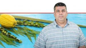 דר' אריק שמאי מנהל אגף הסגר צמחים, השירותים להגנת הצומח ולביקורת במשרד החקלאות | ברקע: ארבעת המינים לסוכות | צילום: עודד קרני, לעמ | צילום: Depositphotos |עיבוד צילום: שולי סונגו ©