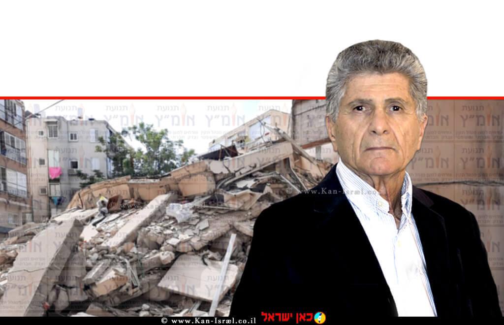 פנחס (פליצ'ה) פלד יושב ראש תנועת אומץ ברקע: שרידי הבניין הבית המשותף בחולון לאחר הקריסה | צילום רקע: הרשות הארצית לכבאות והצלה | עיבוד צילום: שולי סונגו ©