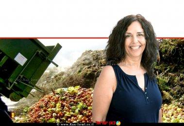 ציפי פרידקין-סבג מרכזת הנושאים הסביבתיים בחטיבה למחקר, כלכלה ואסטרטגיה במשרד החקלאות ברקע: ערימת פסולת חקלאית | צילום: בועז אופנהיים | עיבוד צילום: שולי סונגו ©