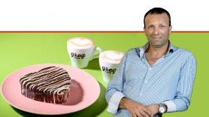 יאיר מלכה מבעלי רשת קפה גרג ברקע: כוס קפה | צילום גליה אבירם, מאור מויאל, אסף לוי |עיבוד צילום: שולי סונגו ©