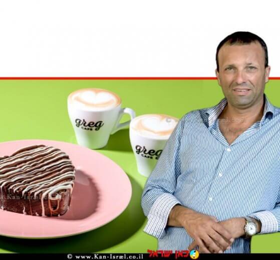 יאיר מלכה מבעלי רשת קפה גרג ברקע: כוס קפה   צילום גליה אבירם, מאור מויאל, אסף לוי  עיבוד צילום: שולי סונגו ©