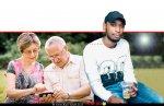 יוסף אובנך, מואשם בהונאת קשישים ב'יישומון ביט' בעודו עצור בכלא | ברקע: זוג קשישים עם סמארטפון | צילום: Depositphotos |עיבוד צילום: שולי סונגו ©