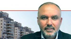 אלון רחמיאן, יושב ראש ארגון הקבלנים והבונים צפון ברקע: דירות בשלבי סיום הבנייה | עיבוד צילום: שולי סונגו ©
